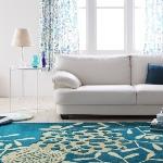 アクアブルーのラグと白いソファ