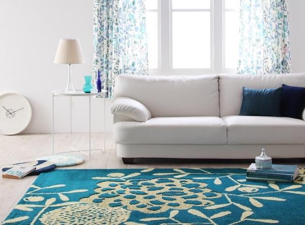aquablueのラグと白いソファ