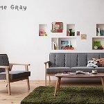 グレーのソファとモスグリーンのラグ