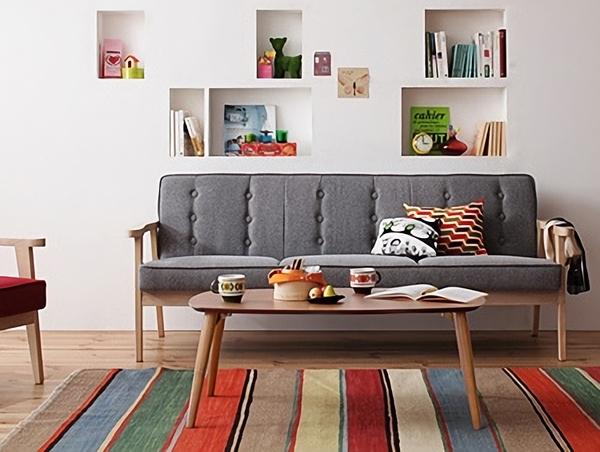 グレーのソファとカラフルラグ