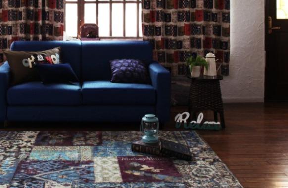 ネイビーのソファとディズニーのラグ
