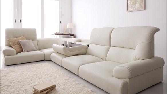 和室に白いソファ