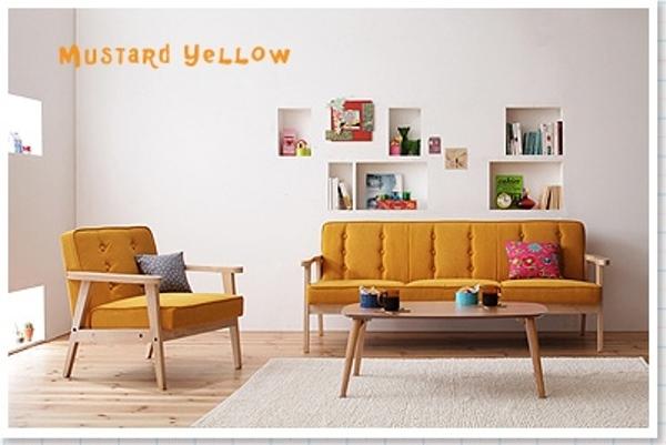 黄色いソファとオフホワイトのラグ