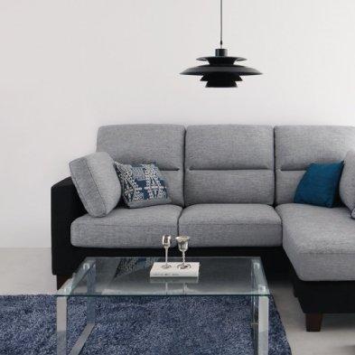 グレーのソファとグレーのラグ