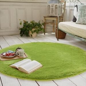 白い床とライムグリーンのラグ