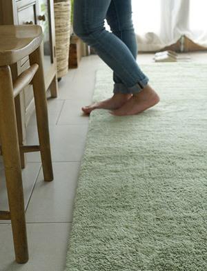 白い床とブルーグリーン系ナチュラルのラグ
