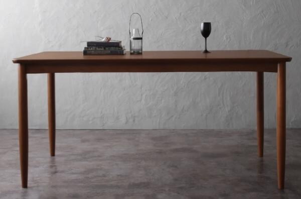 シンプルなウォールナット材テーブル