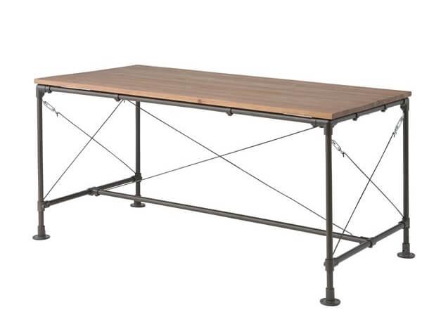 天然木パイン材とスチール脚のダイニングテーブル。