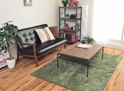 グリーンラグのコーデ-ブラックソファとアイアンテーブル