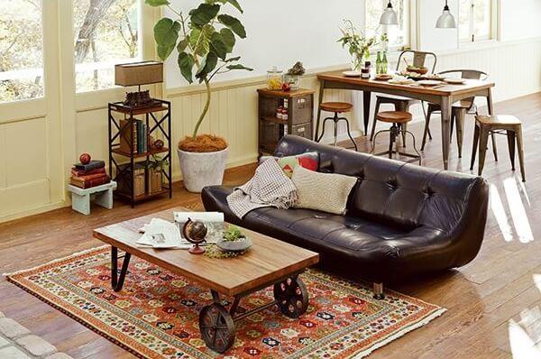 ブラックのレザーソファとトロリーテーブル