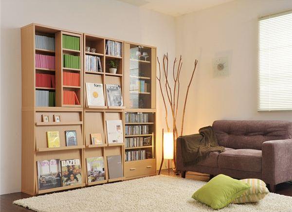 ブラウンのソファとナチュラルカラーの壁面収納家具
