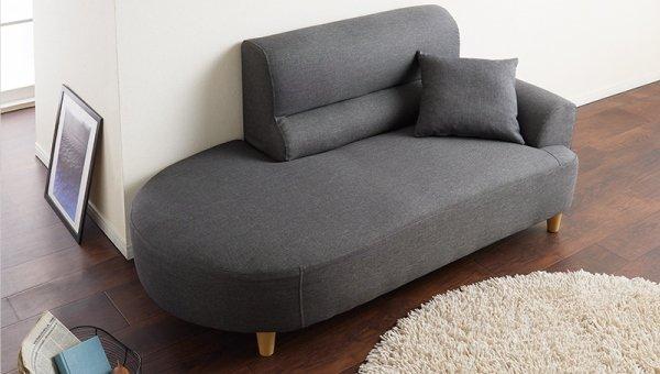 グレーのソファとアイボリーのラグ