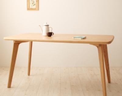 ナチュラルカラーのダイニングテーブル