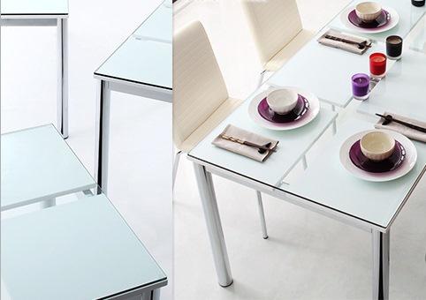 ガラストップの白のダイニングテーブル