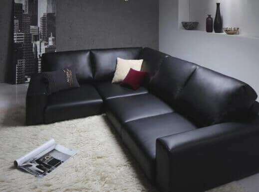 黒いソファとアイボリーのラグ