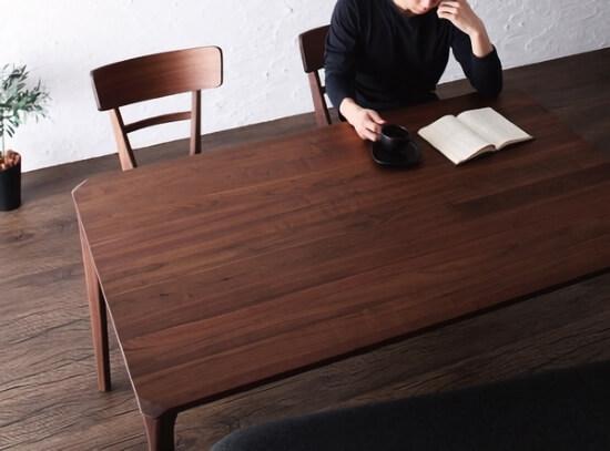ダイニングテーブルで本を読む