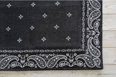 白い床とブラックのバンダナボーダーラグ