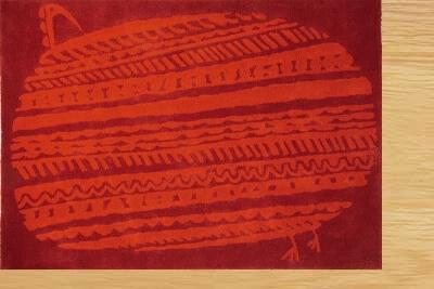 ナチュラルな床と赤いラグ