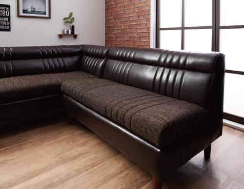 ダークブラウンのソファ