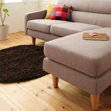 グレーのソファとブラウンのラグ