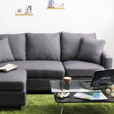 グレーのソファとグリーンのラグ